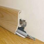 Как прикрепить плинтус для пола к стене?